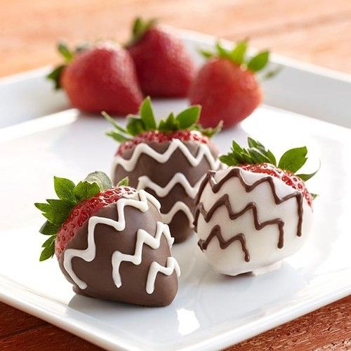 Decorate your strawberries with candy melts! In this Wilton recipe we will explain you step by step how to make these delicious strawberries.  Chocolate strawberries - Chocolate - Recipes  | Deleukstetaartenshop.com
