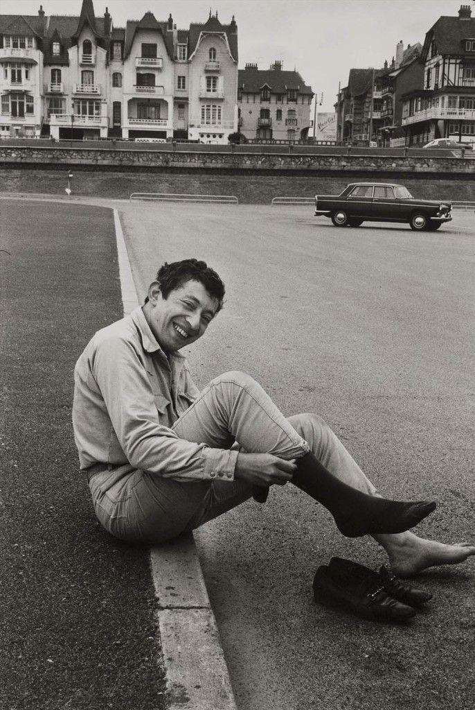 Serge Gainsbourg (1928-1991), chanteur et auteur-compositeur français. Pianiste bar dans un hôtel à cette époque. Le Touquet, 1965 © Jean Mounicq / Roger-Viollet