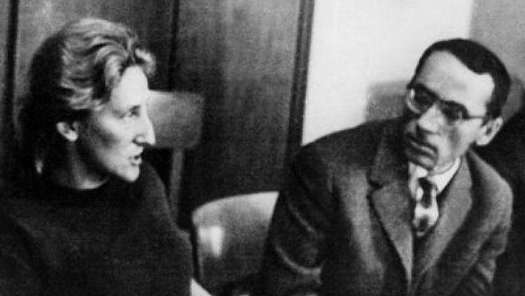 Nina Cassian e un personaj aparte în literatura română. A vrut să fie comunistă în ilegalitate, dar temperamentul său de dominatoare i-a atras antipatia tovarăşilor. A fost, apoi, atacată violent de critici. A devenit poetă de curte în comunism şi autoare de versuri pentru copii. Este poetă, traducătoare şi eseistă. Dar, cel mai important, este iubită. Vă prezentăm cele mai frumoase idile ale sale.