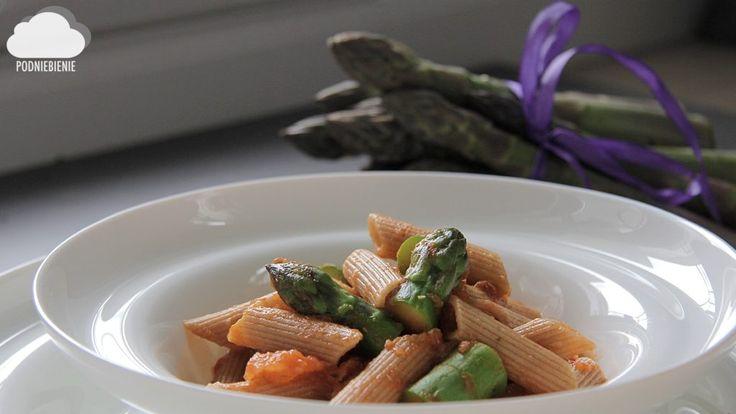 POMIDOROWY MAKARON ZE SZPARAGAMI Korzystajmy ze szparagów! Już powoli powoli się kończą...przepis na makaron szparagowo-pomidorowy już na blogu #szparagizielone #szparagi #asparagus #PodNiebienie