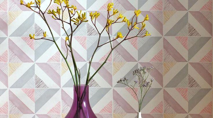 Вопрос 7.6  Это обои моей мечты, мягкие пастельные тона. А яркий цветок в неменее яркой вазе как акцент!