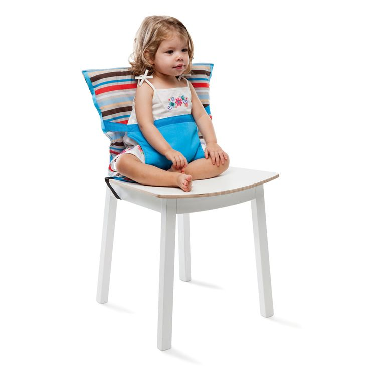 Grâce à ce siège nomade, bébé peut s'asseoir à la table des grands en toute sécurité. Léger et compact, ce siège s'emporte facilement plié dans son petit sac intégré. Il se fixe en quelques secondes au dossier de chaise. L'enfant prend ses repas sur n'importe quelle table, sans avoir besoin de chaise haute.