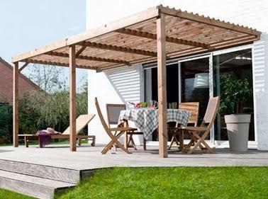 Une terrasse avec pergola en bois devant la maison