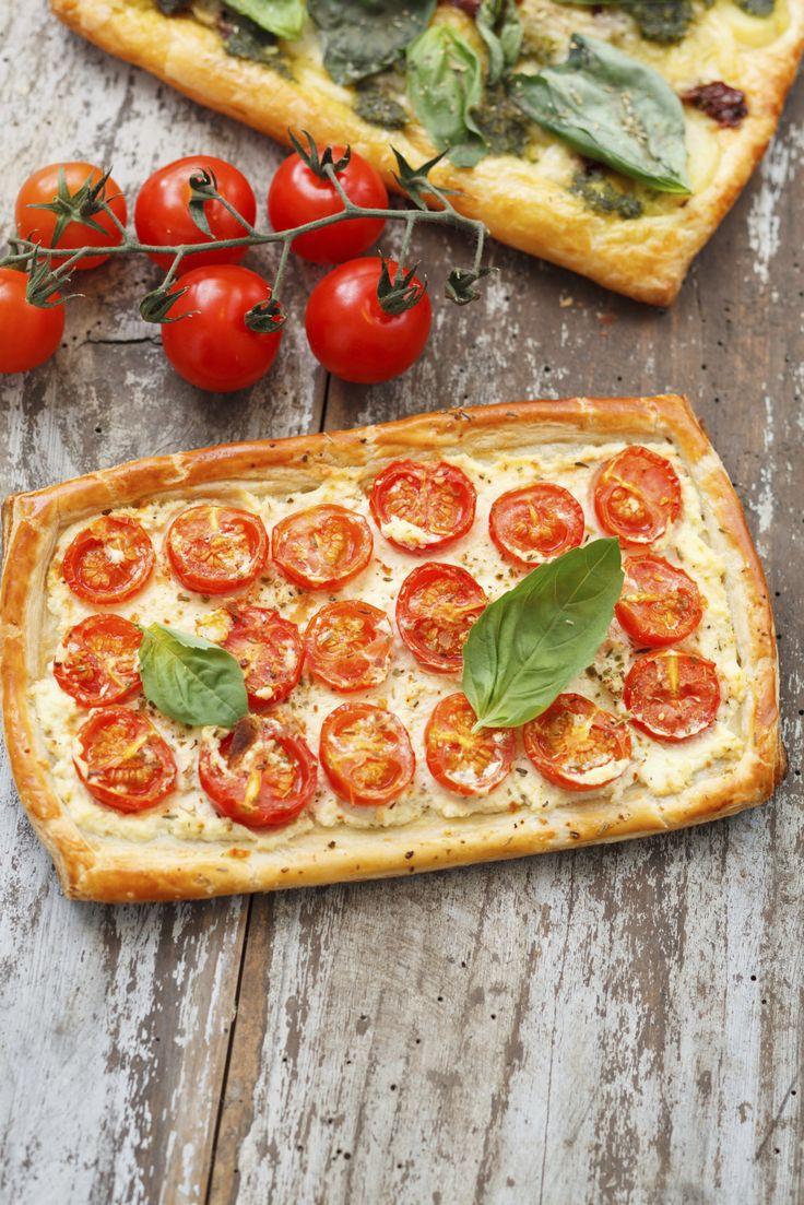 Deze hartige taart met cherrytomaatjes is een bladerdeegpizza met allerlei lekkers. Perfect voor een zwaardere lunch of licht diner. Verwarm de oven voor op 200 ° C. Rol het bladerdeeg uit tot een rechthoek van ongeveer 25 x 15 cm. Leg voorzichtig op een bakplaat die bekleed is met bakpapier. Lepel de ricotta over het […]