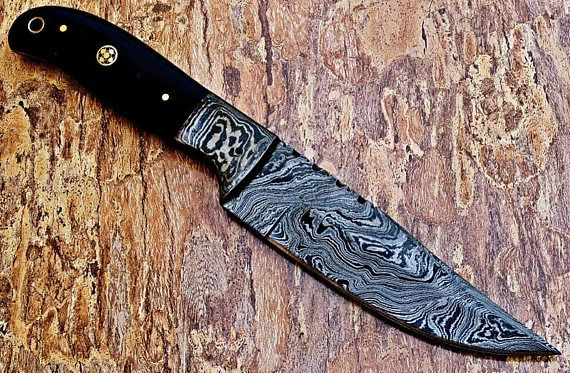 beautiful hand made Damascus knife handle made with buffalo horn with damascus bolster and mosaic pin comes with leather sheath total length 8 blade length 4 handle length 4 blade material Damascus steel 15N20 & 1095 hand forged blade harndness is 55- 58 hrs on Rockwell scale