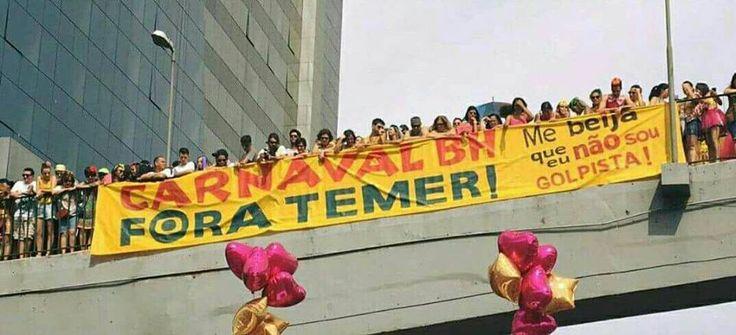 """Somente um dos (pelo menos) seis blocos que puxam o #ForaTemer em Belo Horizonte distribuirá mais de mil adesivos nestes dias de folia; estima-se que a campanha 'Carnaval BH Fora Temer' distribuirá cerca de 100 mil adesivos até o fim do carnaval; circula pelos blocos uma faixa de mais de 50 metros de comprimento e um estandarte de 15 metros, além de carimbos com os dizeres 'Fora Temer' para """"tatuar"""" os foliões; """"A maior festa popular do Brasil se transformando ..."""