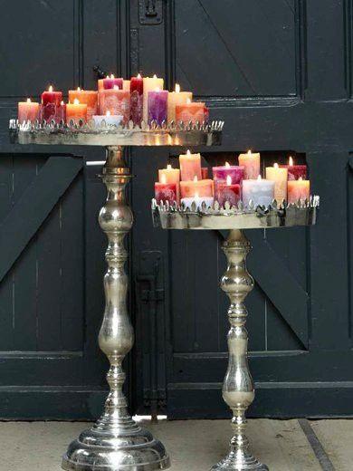 mooie zilveren etagere met allemaal gekleurde kaarsen, gezellig