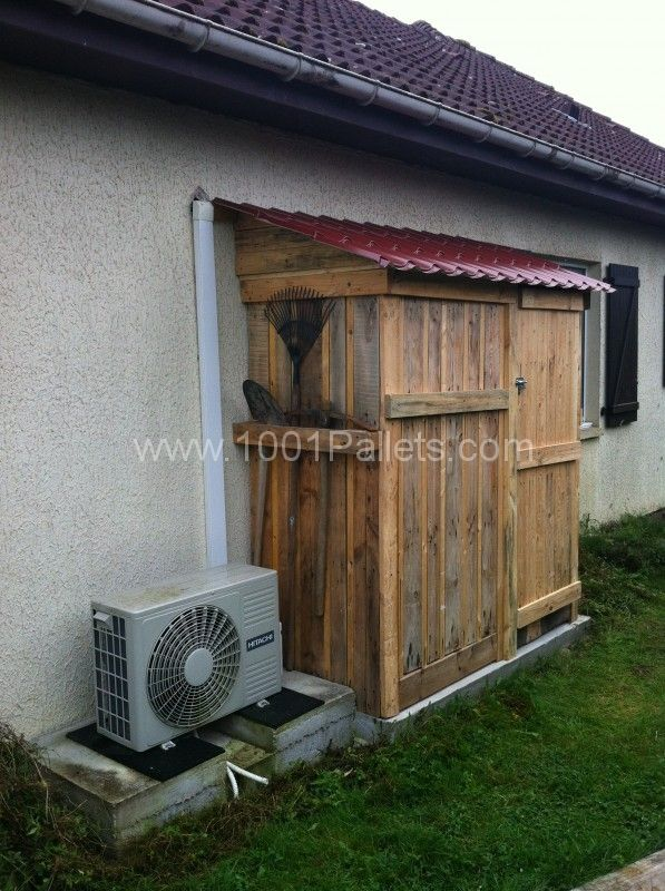 Creation of a garden shed from pallets and imitation roof tile. Réalisation d'un abri de jardin à partir de palettes et d'une toiture imitation tuile. Idea