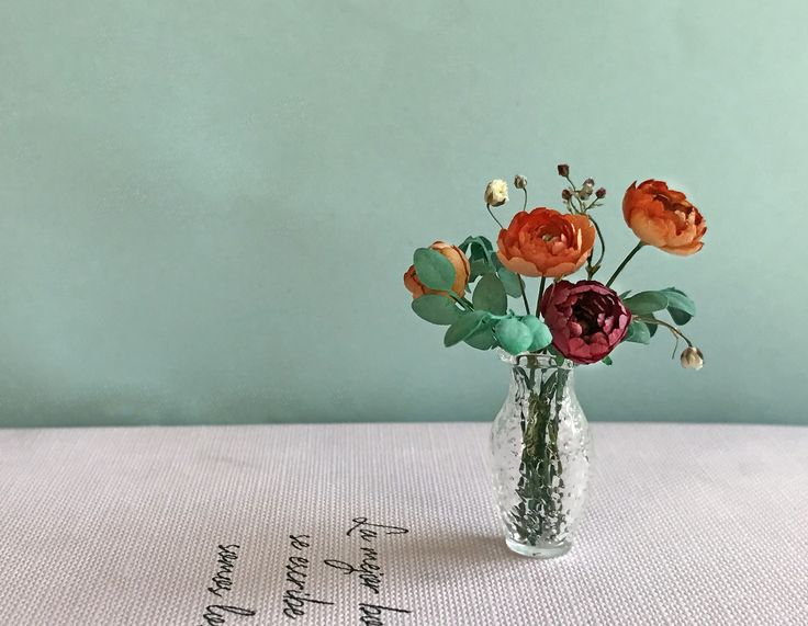 I'm working in this garden roses for the next bouquet. The Idea is to make them look like 5 days after being cut. The vase is (once again) a beautiful present :) glasscraft.uk.