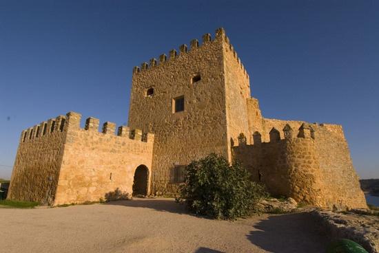 """CASTLES OF SPAIN - El castillo de Peñarroya es una fortificación situada en el término municipal de Argamasilla de Alba, Ciudad Real, se alza sobre una peña (""""roya"""" roja ) desde la que domina un acantilado, en un tramo del río Guadiana. Según una crónica, el capitán Alonso Pérez de Sanabria arrebató el castillo a los musulmanes en 1198. . Tras la Reconquista, formó parte de la Orden Militar de San Juan en 1215."""