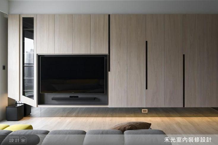帶狀櫃體結合機能性,巧妙收納各式物品,底部懸空式的設計更是為空間增添一股輕盈感。