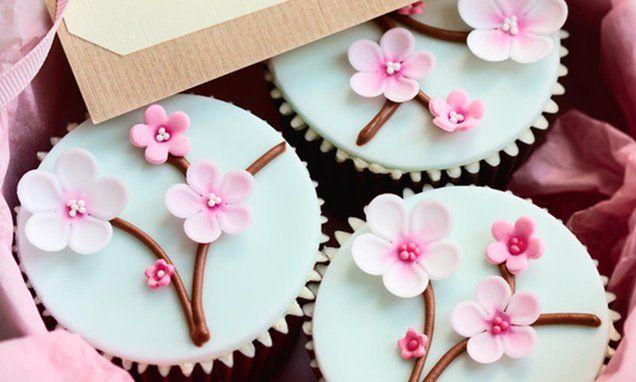 Mooie #cupcakes met bloemtakjes. Lief met kleine roze en witte bloemetjes. Klik op de afbeelding voor het #recept. #bloemen