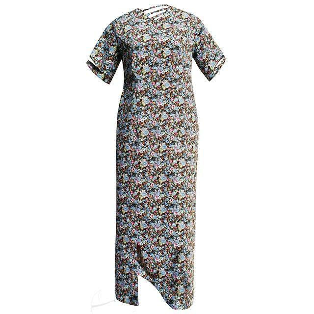 Kwiecista sukienka plus size. Malownicze ażurki dekoltu, rękawków i rozporka nadają jej lekkości, a diagonalny raport kwiatków wyszczupla optycznie puszystą sylwetkę. Do zamówienia w dowolnym rozmiarze w butiku Łatka fashion.
