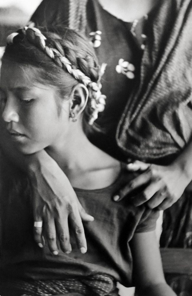 Capturada por Henri Cartier-Bresson durante su viaje a México en 1934, al iniciar un proyecto etnográfico financiado por el gobierno del entonces presidente Lázaro Cárdenas.  La obra de Cartier-Bresson se caracteriza por su habilidad de congelar el movimiento, concepto que llamó instante decisivo.- Rodríguez Martínez Esmeralda