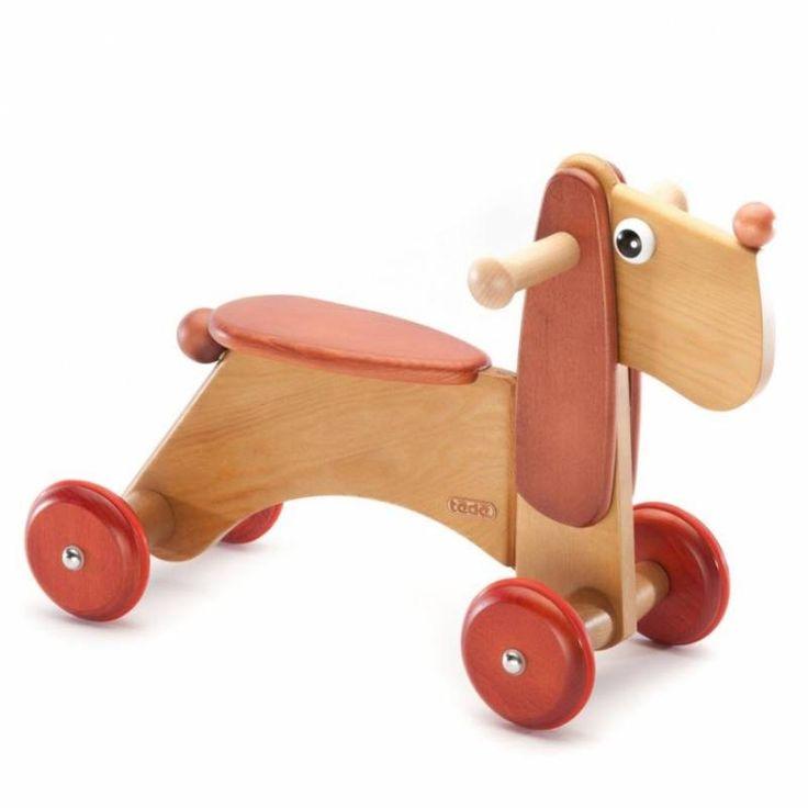 Dit houten loopfietsje is een hond en hij heet Rüdiger. Een stoere naam voor een prachtige jachthond!Rüdiger is een opwindende hond die graag kuilen graaft, maar nog liever op jacht gaat. Laat hem dus maar veel rondrijden op zijn 4 wielen, voorzien van een rubberen bandje zodat de vloeren niet beschadigen.Dit loopfietsje kenmerkt zich door zijn grootsheid, kwaliteit en uitzonderlijke originaliteit. Je kan er mee sturen door destevigelederen verbinding tussen lijf en kop. Wedd...