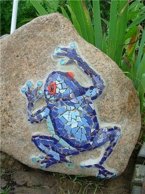 Frog Mosaic on Stone - who says you have to cover the  whole surface? This is cute as can be and much easier than complete surface fill.