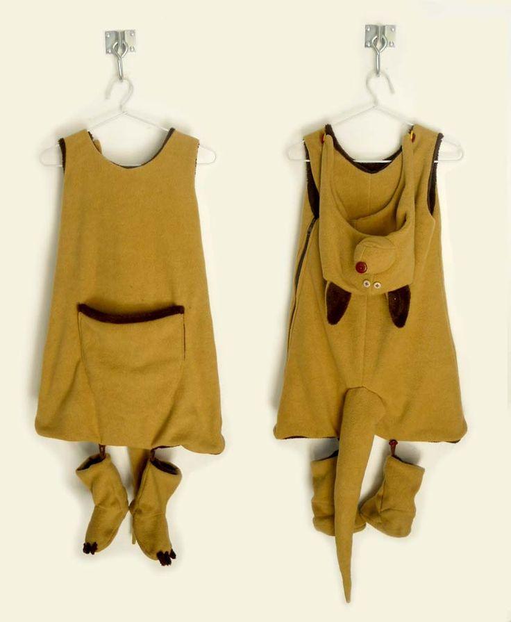 BRUNO Bolsa de dormir / disfraz del canguro Bruno. Es un disfraz del canguro Bruno, realizado artesanalmente en lana sintética, para jugar ysumergirse en el cuento.