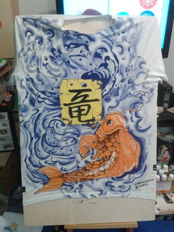Camiseta con diseño de carpa Koi de aerografias Baeza.