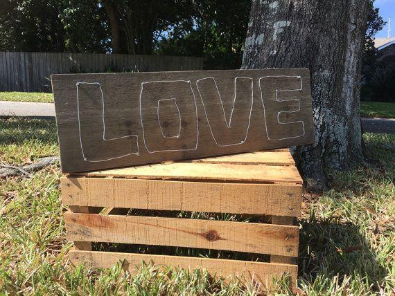 Rustieke liefde teken kan worden weergegeven als muur decor of nog plaats op tafelblad toe te voegen een beetje rustieke land shabby chique stijl aan uw huis.  Meet 24,5 x 8 in  Liefde is gemaakt met draad gewikkeld rond de nagels.  Zag tand beugel bevestigd voor opknoping.  Als u wilt bekijken meer PeavyPieces mooie handgemaakte items klikt u hier: https://www.etsy.com/shop/PeavyPieces