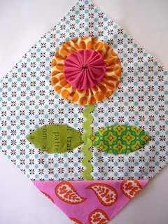 Blue Mountain Daisy: YoYo Sampler Blocks ~ this is really cute...would make an adorable wall hanging!