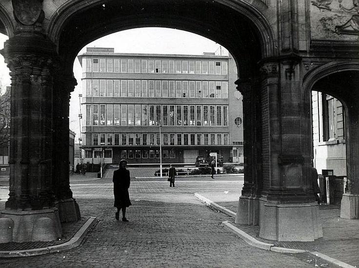 Moreelsepark | Jaren 50 | Poort tussen het 1e en 2e Administratiegebouw NS met doorkijk naar het Stationspostkantoor