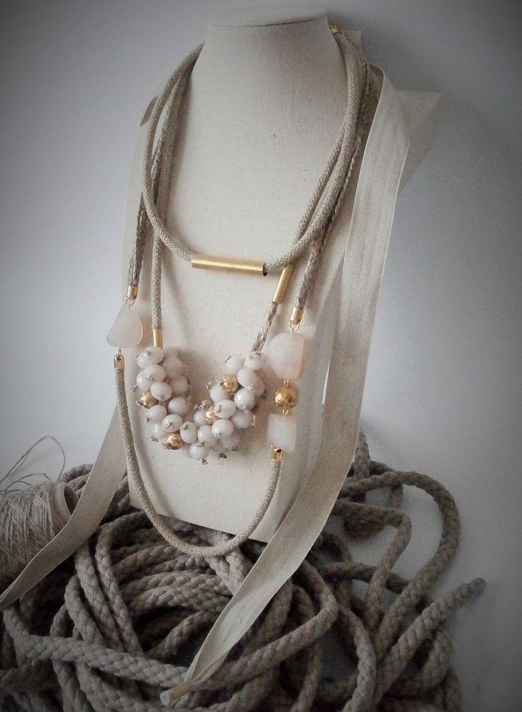 collana in lino, ottone, plastica