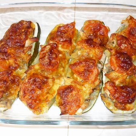 Egy finom Gombás-csirkés töltött cukkini ebédre vagy vacsorára? Gombás-csirkés töltött cukkini Receptek a Mindmegette.hu Recept gyűjteményében!