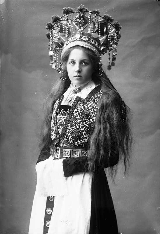 Традиционные наряды норвежских невест. Фотографии из собрания Norsk Folkemuseum, сделанные в период 1870-1920-х годов. На них представлены девушки в свадебных костюмах и великолепных головных уборах, напоминающих сказочные короны. Многие невесты держат в руках Библию. Фотограф: Solveig Lund