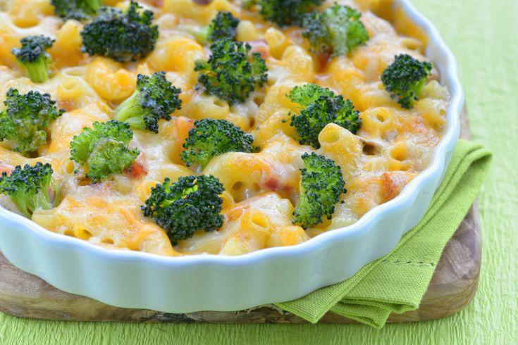 Brokkolis, csirkés tészta tepsiben sütve, dupla adag sajttal megszórva