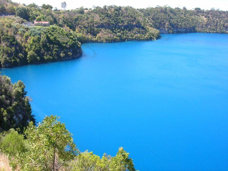 Голубое озеро, Маунт-Гамбир, Австралия. Фото: Википедия  Это кратерное озеро стало главной местной достопримечательностью. Голубое озеро интересно своей способностью изменять оттенки синего цвета в зависимости от сезона. С конца марта оно тёмно-синее, а затем с начала ноября обретает глубокий бирюзовый цвет.