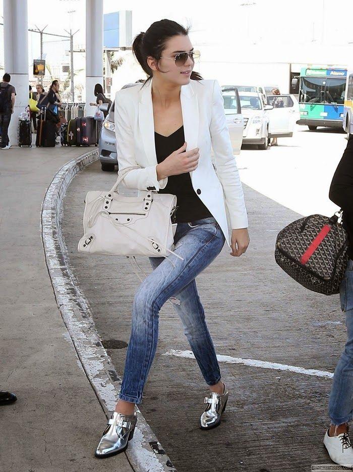 kendall-jenner-sapato-prateado-oxford-blazer-branco-calça-jeans