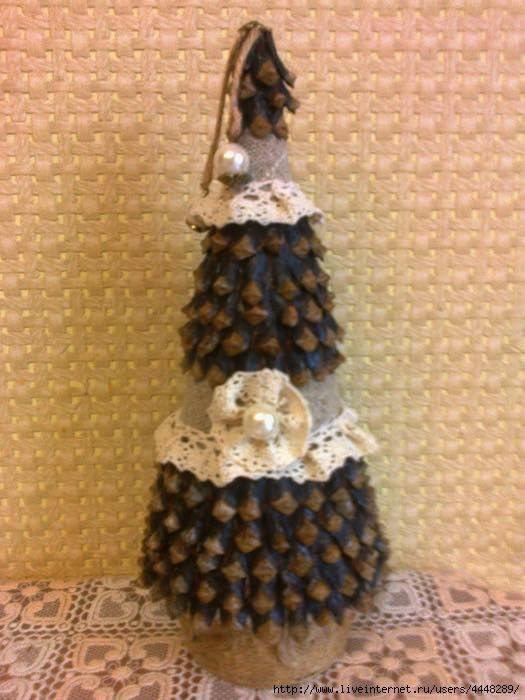 Vyrobte si náherné vianočné stromčeky zo šišiek v štýle vintage. Potrebujete k tomu polystyrenový kužel a šišky. Ak si kužel neviete zohnať, môžete si niečo podobné vyrobiť aj z tvrdého papiera.