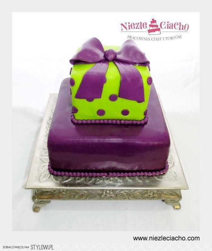 Tort z pudełkiem, tort z kokardą, prezent, tort piętrowy, tort urodzinowy, fioletowo-zielony tort urodzinowy, tort na urodziny