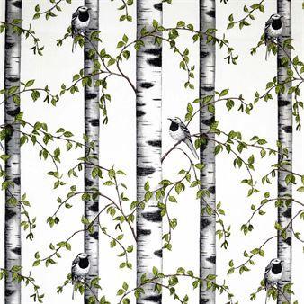 Dieser wunderbare Baumwollstoff von Arvidssons Textil zeigt einen typisch schwedischen Birkenwald, in dem sich die Vögel bestens vergnügen. Design von Mialotta Arvidsson-Mars, hergestellt in Schweden.