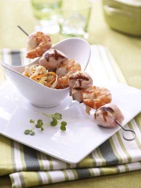 Een overheerlijke gegrild konijn met scampi op spies, gewokte groenten, soja en japanse noedels, die maak je met dit recept. Smakelijk!