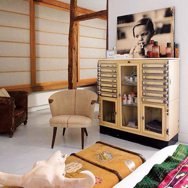 Интерьер дня 😊 #интерьер #дизайн #декор #стиль #картина #комод #стул #чемодан #белый #цвет #ребенок #interior #design #decor #style #pillow #light #chair