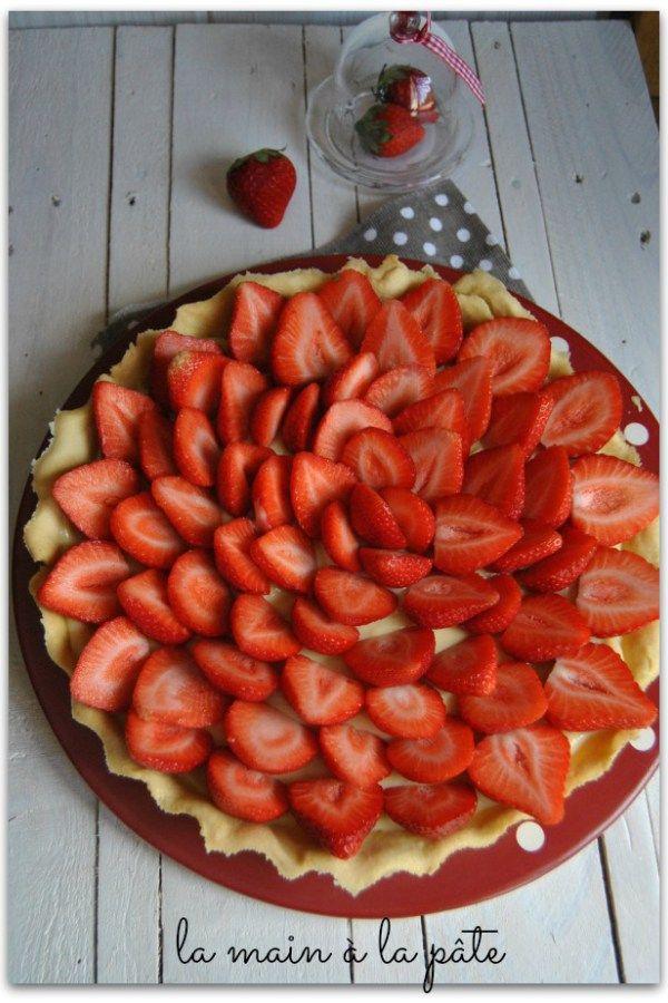 Tarte pâtissière aux pommes avec une pâte sablée maison, de la crème pâtissière, des fraises et des éclats de pistaches