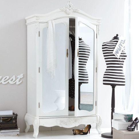 In Antikweiß, mit zwei großen Spiegeltüren und einer hübsch verzierten Schublade: barock wirkender Kleiderschrank.