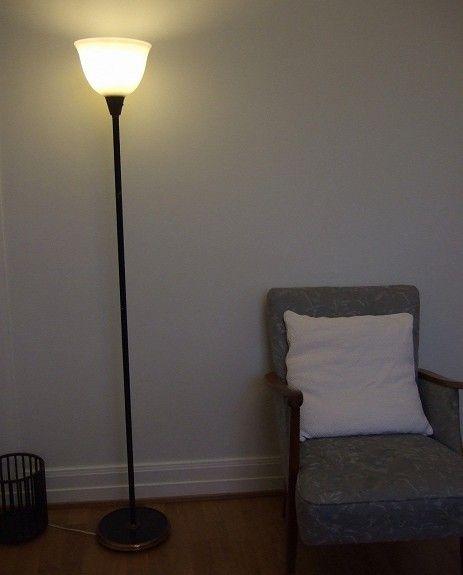 Sønnico Oslo Birger Dahl. Høy stålampe fra Sønnico Oslo Trolig designet av Birger Dahl rundt 1940-tallet Detaljer i kobber og sort med kraftig støpejernsfot. Glass i topp. Fungerer perfekt. Pris: 1500,-