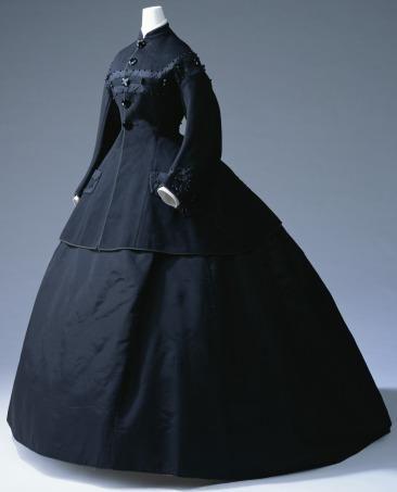 L'abito da lutto era accompagnato da guanti e da lunghi veli neri a coprire testa e viso