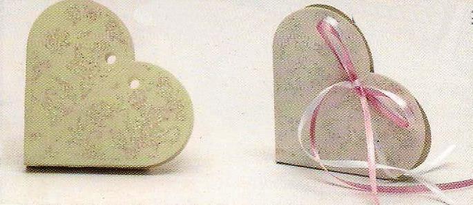 Μπομπονιέρα γάμου κουτί λευκό και εκρού σε σχήμα καρδιά με ανάγλυφα glitter.Mπομπονιέρες κουτί ρομαντικές σε σχήμα καρδιάς και υπέροχα σχέδια με ασημόσκονη για λάμψη.
