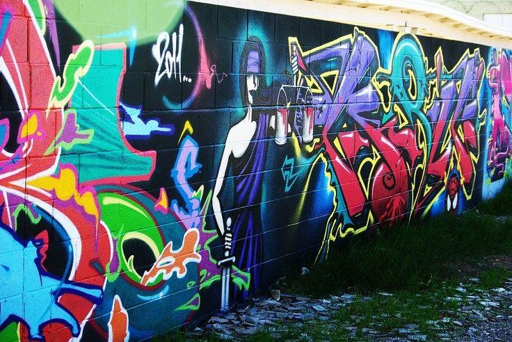 En el centro de la ciudad está The Las Vegas Arts District, un distrito donde se suceden las galerías del arte, las tiendas con encanto y restaurantes. También se lo conoce como 18b y todos los primeros viernes del mes es sede de una fiesta con artistas de todo tipo en las calles. Se encuentra entre Hoover Ave., Colorado Ave., Las Vegas Blvd. y Commerce St.
