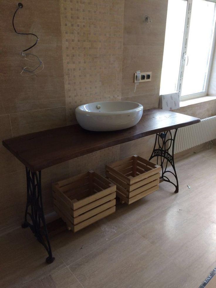 Столешница для ванны из дуба (слэб) на кованом подстолье с деревянной перекладиной внизу под ящики