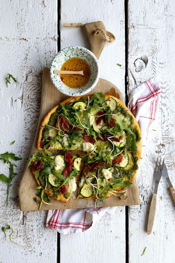 Pizza na cienkim cieście z pesto z rukoli, szynką serrano, cukinią i mozzarellą