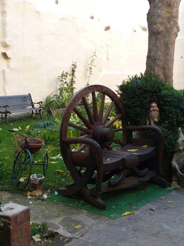 No sé si será cómoda esa silla, pero es bonita. Patio en una casa de Laguardia.