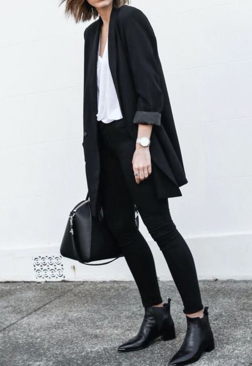 Americana negra oversized y mallas + botines+ blusa blanca
