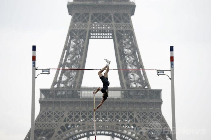 パリ(Paris)のエッフェル塔(Eiffel Tower)前で開催された棒高跳びのイベントで、跳躍を披露する世界記録保持者のルノー・ラビレニ(Renaud Lavillenie、2014年6月28日撮影)。(c)AFP/STEPHANE DE SAKUTIN ▼29Jun2014AFP|エッフェル塔前で華麗な跳躍、世界記録保持者のラビレニ http://www.afpbb.com/articles/-/3019099 #Renaud_Lavillenie #Eiffel_Tower