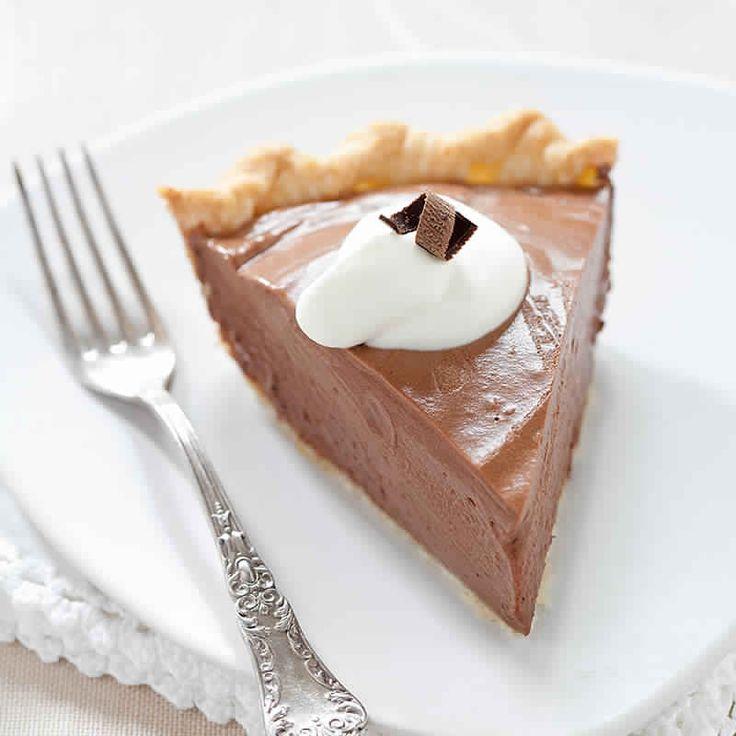 Ingrédients : une pâte sablée 125 g de chocolat noir 4 œufs 70 g de sucre 50 cl de crème fraîche Préparation : Préchauffer le four à 180°C . Placer la pâte sablée dans votre moule à tarte. Piquer le fond à l'aide d'une fourchette. Fondre le chocolat au bain-marie ou dans un micro-ondes avec 2 …