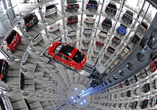 """Im Hochregallager von Volkswagen in Wolfsburg holt ein Lift gerade einen """"New Beetle"""" ab."""
