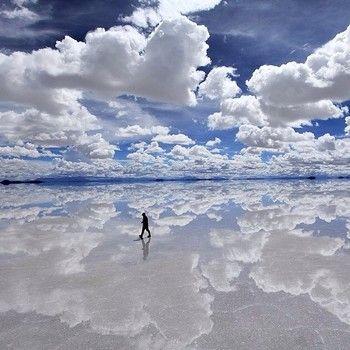 著者がオススメするナンバーワンスポットは、ボリビアにある「ウユニ塩湖」です!!! 必ず雨季に訪れてください!湖全体に水が張り、その水面は鏡となって、空を完璧に反射します。足下は360度に広がる空。その光景は言葉では言い表せない「奇跡」そのものです。
